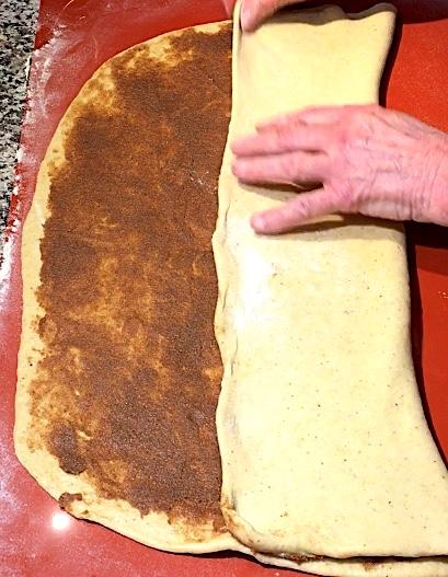 Dejen foldes til kanelsnurrer med smør