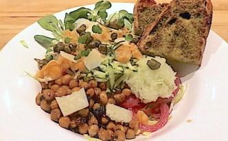 Salat af kål med laks