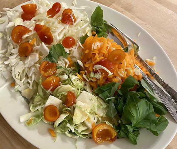 Rosenkålsalat med spidskål og hybenskaller