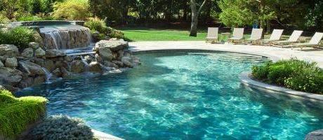 piscina naturalizada con sistema de depuración con plantas