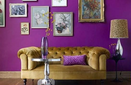 Juego de contrastes con paredes violeta y sofá dorado