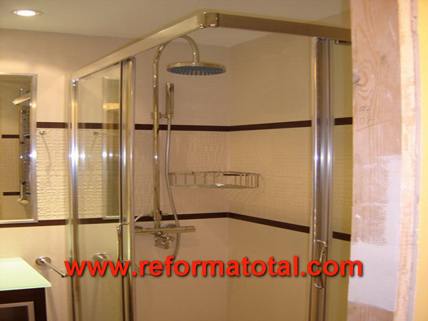 Del reforma total en madrid empresa de reformas y - Instalar mampara ducha ...