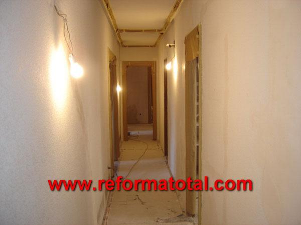 Pasillo reforma total en madrid empresa de reformas y for Iluminar piso interior
