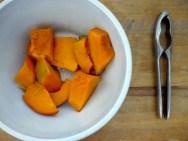 Kürbis etwa 20 Minuten im Ofen für Nachspeisen, Süppchen und Brotaufstriche backen. Idealer Begleiter: Nussmus