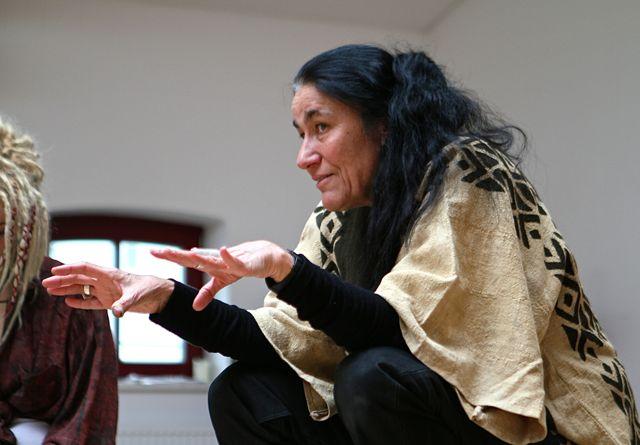Dr. phil.Claudia Müller-Ebeling, beim Auftakt der Seminarreihe »Ornamente des Lebens - schamanische Einblicke in Muster und Zeichen«