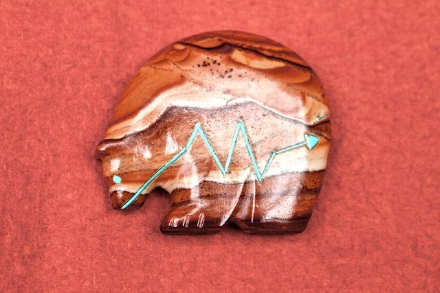 Ein Zickzack auf einem Zuni-Indianer-Amulett symbolisiert das Innere, aber auch Anfang und Ende