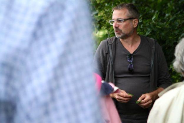 Jens Clausen, Koch, Ernährungsberatur, Wildkräuterexperte erklärt die Knoblauchsrauke