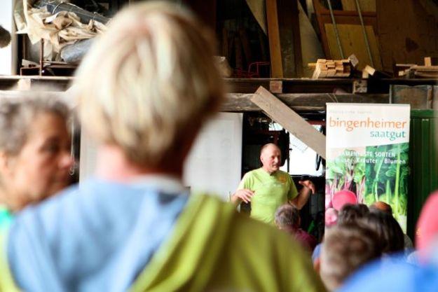 Mit Ilona Ebel leitet Gerd Boll den Biolandhof Großholz - und begrüßt die Gäste beim Züchtungs- und Sortentag 2015