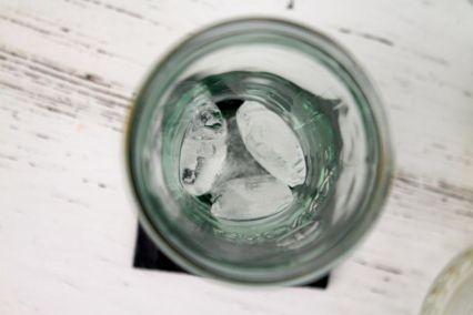 Glas mit Eis befüllen