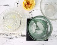 Saft einer halben Zitrone übers Eis geben
