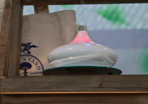Der Soto Aroma Diffuser arbeitet mit Ultraschall und wechselt sanft seine Farben (LED) - das entspannt und fördert den Schlaf
