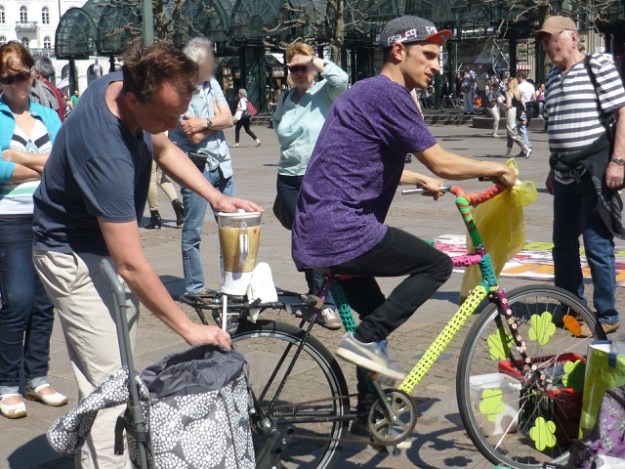 Radeln auf dem Smoothie-Bike @foodsharing-flashmob, Hamburg