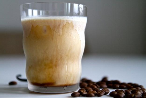 Cold Brew Kaffee mit Vanille extrahiert - dann Sahne drauf