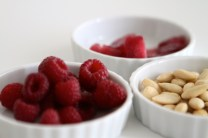Voelkl-Fruchtsirup (Himbeer) 1:1 mit Wasser mischen und in Eiswürfelbehälter einfrieren.