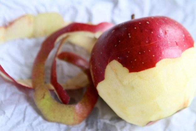 Fragt man das Internet, ob Apfel schälen gesünder sei, erhält man die Antwort: AUF. KEINEN. FALL.