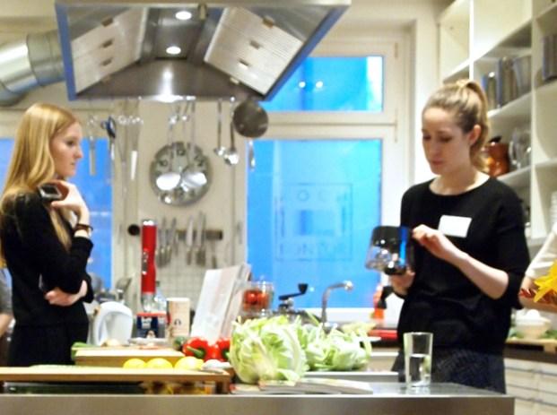 Julia Burget (rechts), Autorin von: »Low Carb Gemüsenudeln«, TRIAS 2017