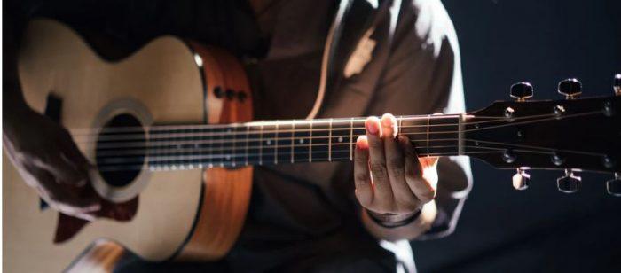 ragazzo di 15 anni che suona la chitarra
