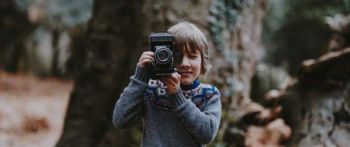 ragazzo di 13 anni con macchina fotografica