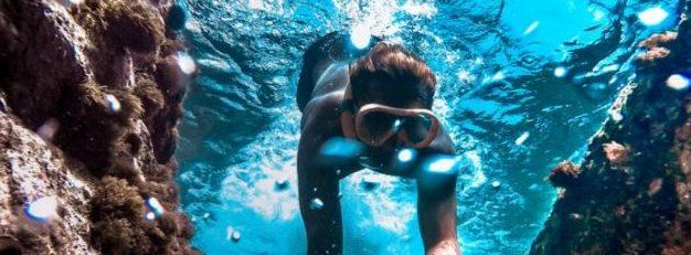 ragazzo sportivo di 19 anni che si immerge