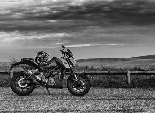 moto pronta per correre in bianco e nero