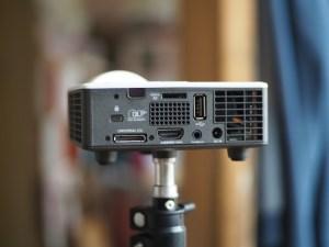 Mini proyector portatil optoma parte trasera