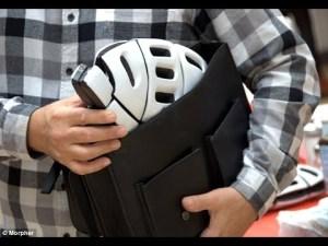 Casco plegable para bicicleta morpher guardado en un bolso