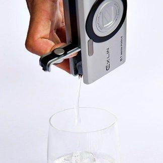 envase en forma de camara para llevar alcohol escondido