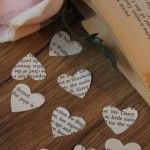 Adorna la mesa con confeti de corazones