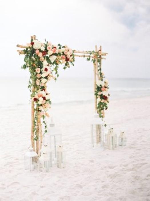 Crear un photocall para bodas con arreglos florales sencillo y chic.