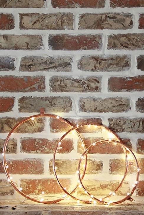 Luces navideñas decorando aros de bordar.