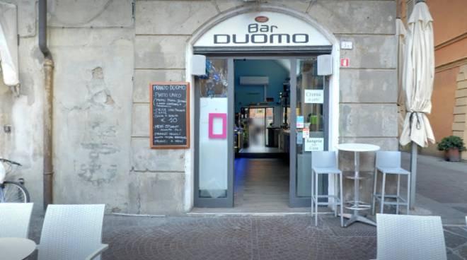 Ubriaco Strappa Cocktail E Rapina Cliente Al Bar Duomo