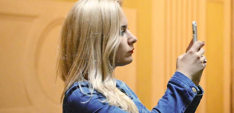 Selfie femme blonde
