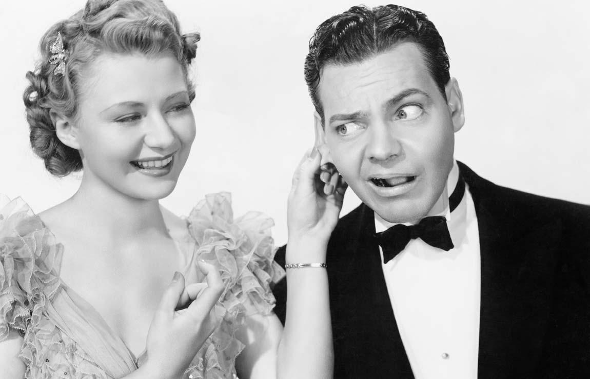 Photo noir et blanc d'une homme qui se fait tirer les oreilles par une femme