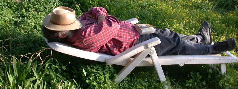 Photographie d'un homme faisant la sieste dans son jardin