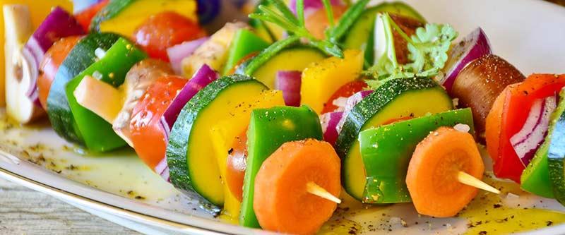 Vitamine : brochettes de légumes crus multicolores pour le barbecue