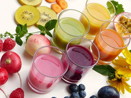 Enfants et jus de fruits mutlicolores