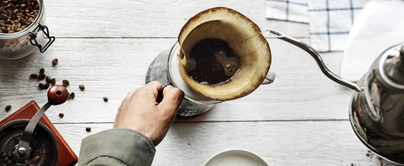Homme préparant un café filtre