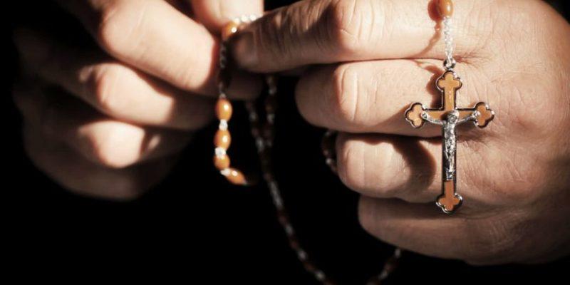 rosario tra le mani