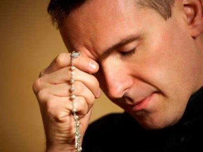 come si prega il rosario