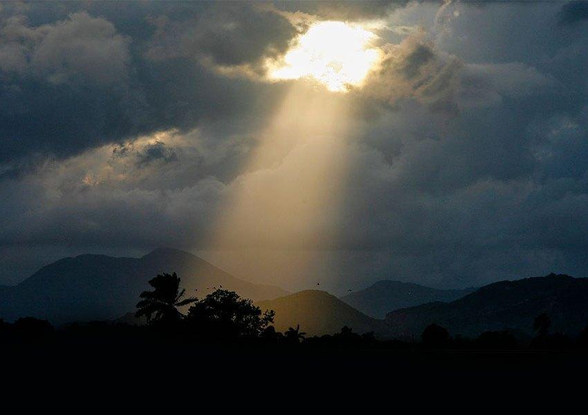La preghiera apre squarci di luce nelle tenebre più fitte