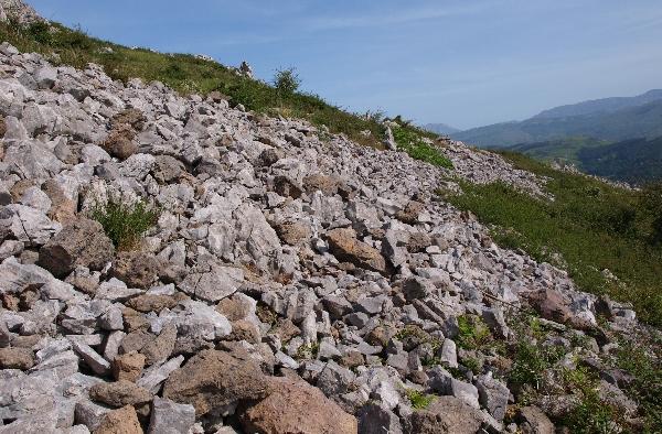 Derrumbe de muralla en el castro del Pico Mizmaya. Fotografía: Rafael Bolado del Castillo