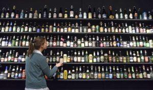 """Eine Ausstellung in Mannheim zum Thema """"500 Jahre Reinheitsgebot"""" zeigt Flaschen und Dosen verschiedener Bierhersteller aus aller Welt. - Foto: picture alliance / dpa/Uwe Anspach"""