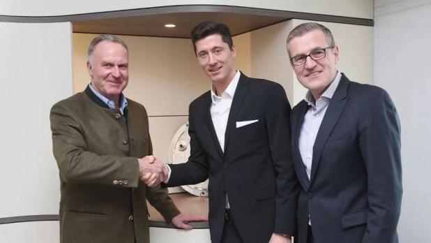 Robert Lewandowski hat Vertrag beim FC Bayern bis 2021 verlängert. (v.l. K.H. Rummenigge, Vorstandsvorsitzender, Robert Lewandowski, Jan-Christian Dreesen, stv. Vorstandsvorsitzender Quelle Foto: Presseerklärung FC Bayern München
