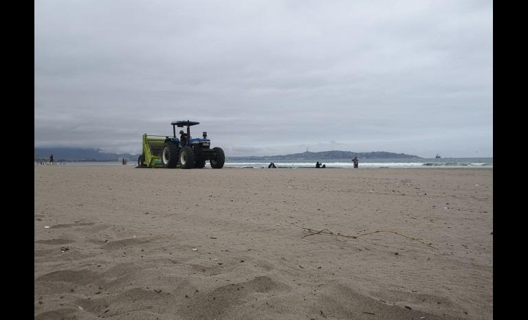 Más de 8 toneladas de basura ha retirado máquina que limpia arena en La Serena