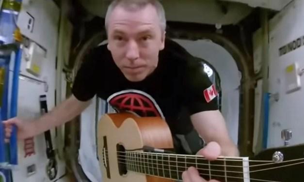 Видео дня: астронавт NASA снял в космосе клип для рок-группы