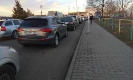На Запоріжжі люди стоять в кілометрових заторах біля пунктів пропуску – відео