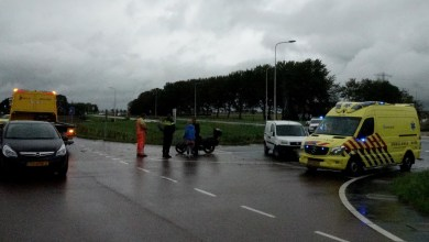 Photo of Auto en motor botsen op rotonde Zijdewind