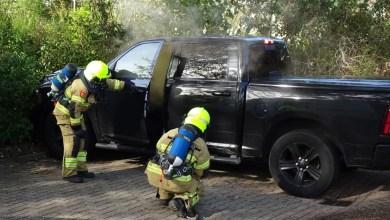 Photo of Auto vat vlam op parkeerterrein winkelcentrum
