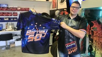Photo of Deze Noord-Hollander maakt de shirtjes van de bekendste darters ter wereld