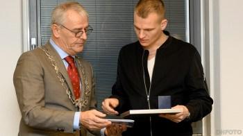 Nick Nebbeling krijgt de penning uit handen van Burgemeester Nobel (DHfoto)